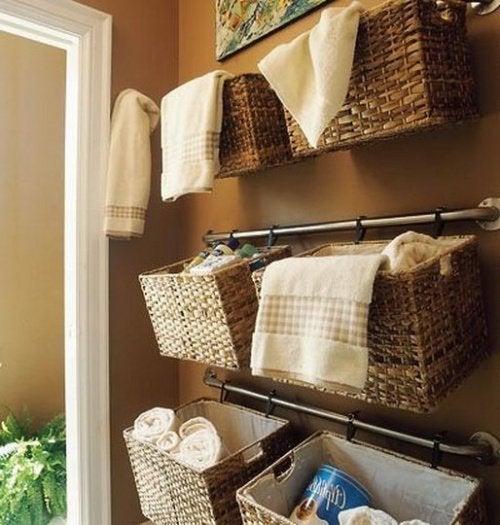 Используйте корзины, чтобы поддерживать ванную в порядке