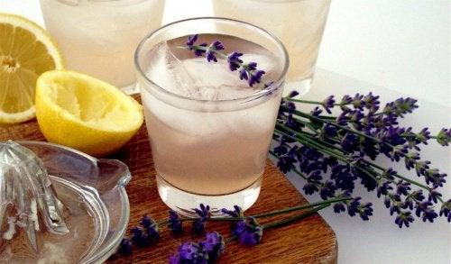 Этот лимонад из лаванды поможет вам успокоиться и снять головную боль
