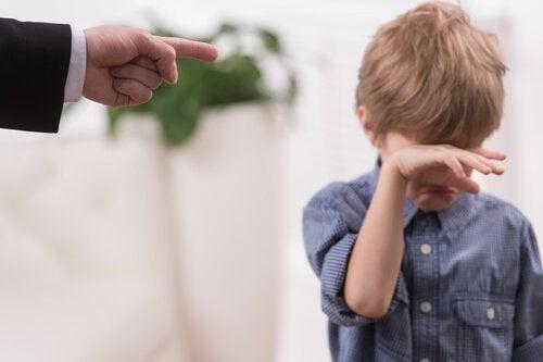 Плачущий мальчик и родители