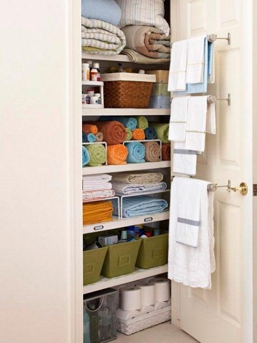 Прикрепите вешалки для полотенец к двери, чтобы поддерживать ванную в порядке