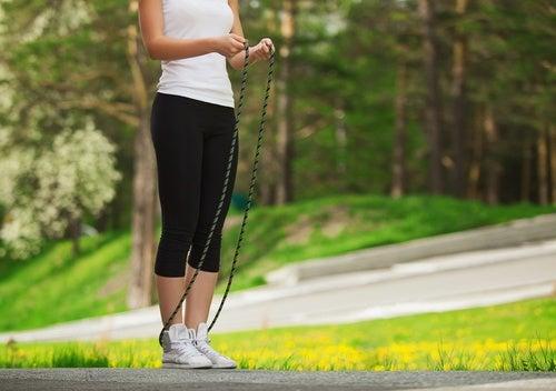 Прыгать через скакалку и упражнения
