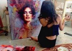 Рисующая одинокая женщина
