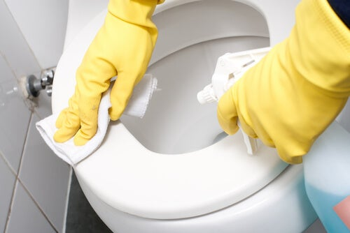 Чистите унитаз, чтобы поддерживать ванную в порядке