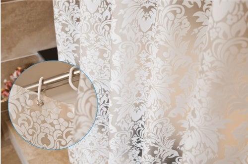 Чистите занавеску, чтобы поддерживать ванную в порядке