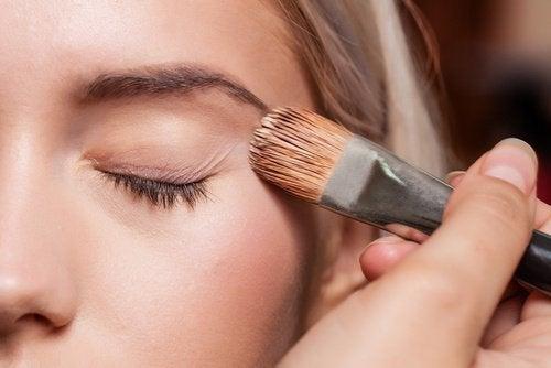 База под макияж и опущенные уголки глаз