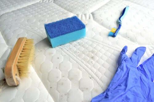 Как избавить матрас от пятен и неприятного запаха