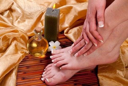 Касторовое масло ухаживает за ногами