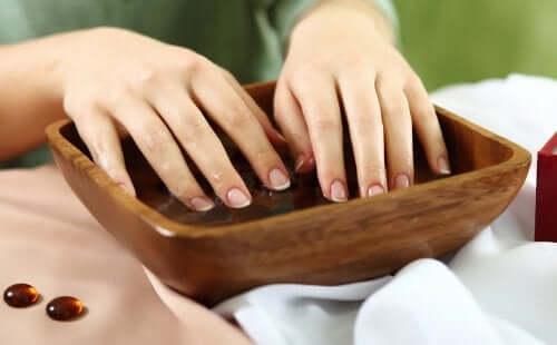 Как укрепить ломкие ногти?
