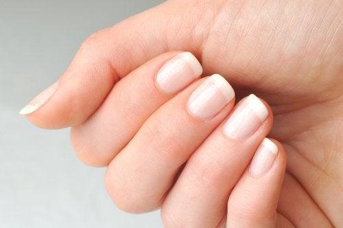 Касторовое масло укрепляет ногти