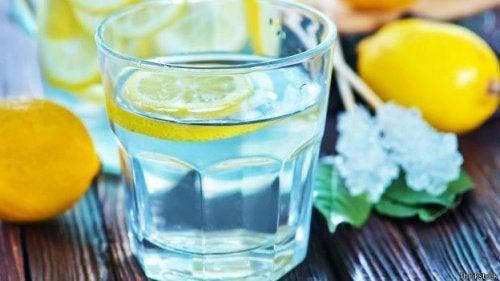 Пить воду и лимонад