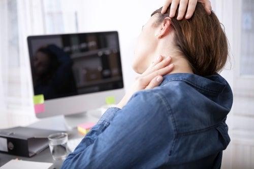 Упражнения на растяжку помогут снять боль в шее