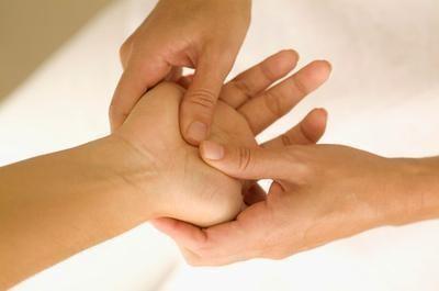 Простой массаж рук поможет тебе восполнить запас энергии всего за 15 минут
