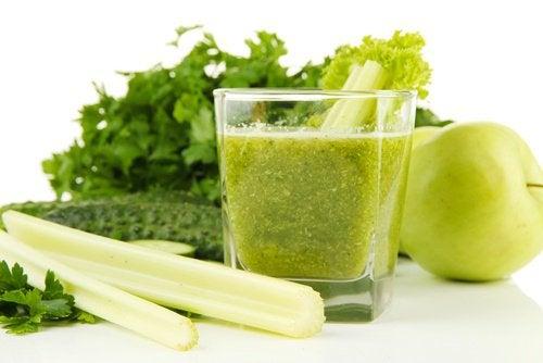 Зеленое яблоко и сельдерей для очищения почек: рецепт коктейля