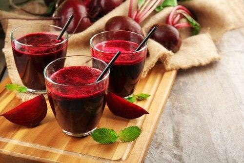 К соку из свеклы можно добавлять морковь и яблоки