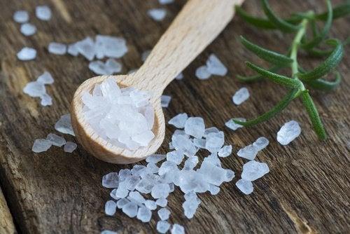 С застарелыми пятнами пота поможет справиться смесь соли и спирта