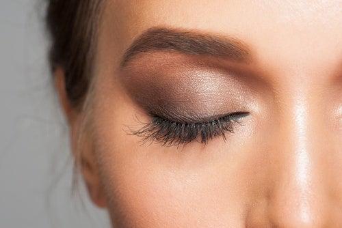 Тени и опущенные уголки глаз