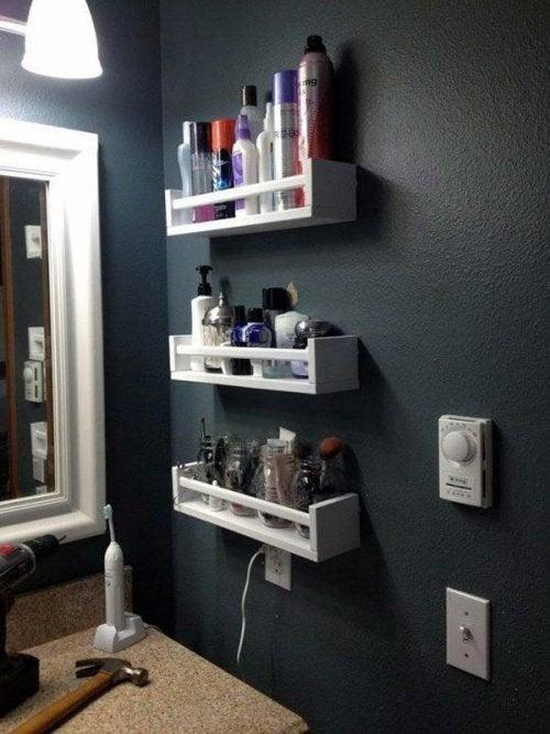 Ванная комната и деревянные полки