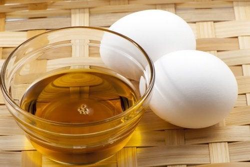 Маска из яичного желтка и меда поможет спасти сожженые волосы