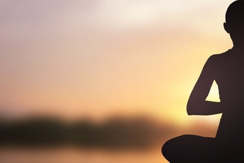 Медитирующий человек и йога