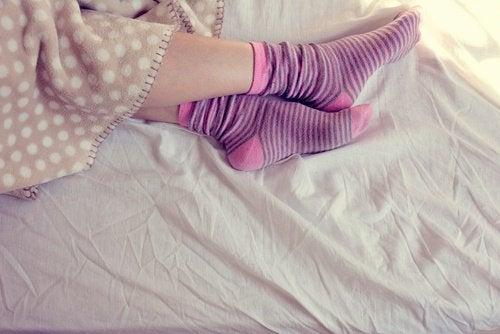 Полезно ли спать в носках