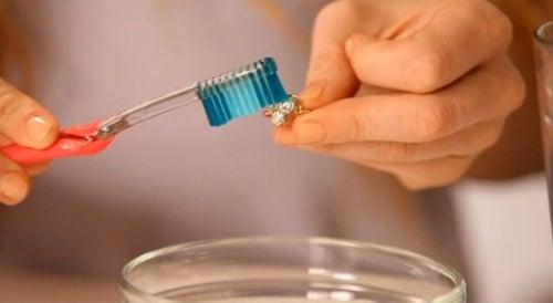 Как очистить украшения и серебро