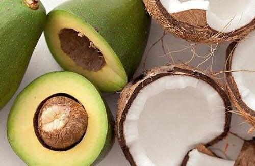 Коктейль из авокадо и кокосового молока