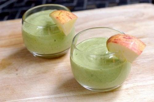 Коктейль из авокадо и яблока