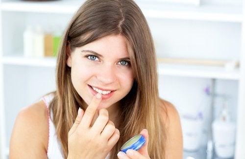 Вазелин можно использовать вместо бальзама для губ