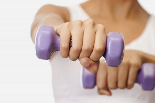 Упражнение с гантелями поможет улучшить форму груди