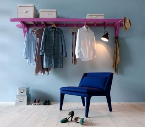 Чтобы освободить полки и организовать пространство используй старую лестницу как вешалку для одежды