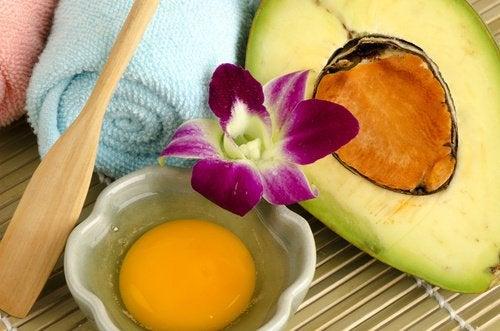 Маска из авокадо и яйца вылечит волосы