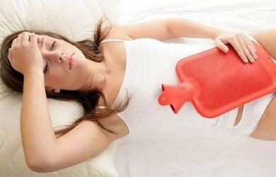 Во время менструаций эндометриоз вызывает воспаление и боль в кишечнике