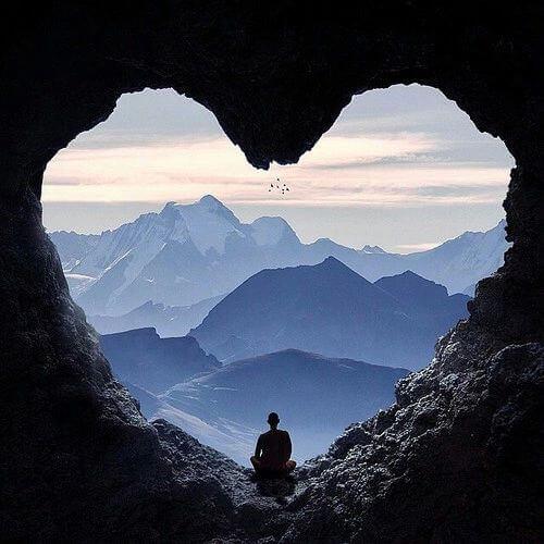 Монах в пещере в форме сердца и жизнестойкость