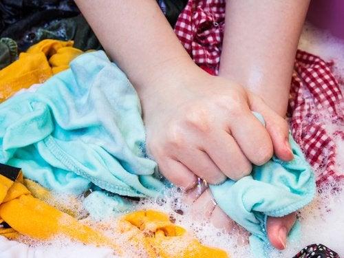 Используйте натуральные средства для стирки, чтобы сохранить одежду новой