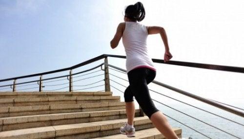 Подъём по лестнице и колени