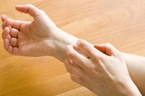 Мурашки могут быть одним из симптомов рассеянного склероза