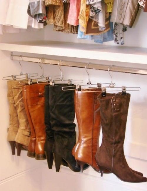 Высокие сапоги можно хранить в шкафу на специальных вешалках и организовать пространство для хранения