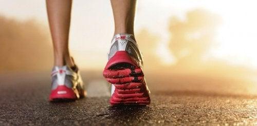 Физические упражнения и выбор правильных кроссовок