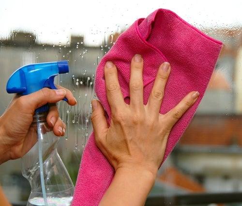 Средство с добавлением спирта поможет отмыть стекла даже от самых стойких загрязнений