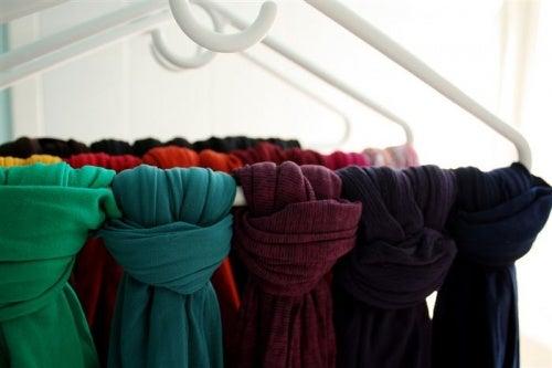 Вешалки для шарфов позволят сэкономить место в шкафу и организовать пространство