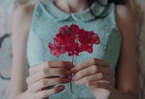 Женщина с красным цветком и счастье