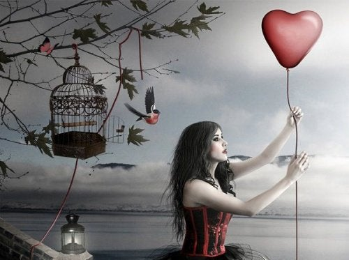Женщина держит шар в форме сердца и общение