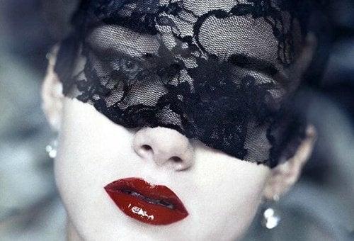 Женщина в черной маске и способность полюбить себя