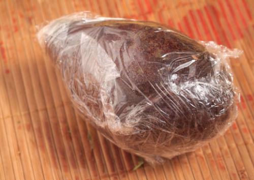 Авокадо в пленке