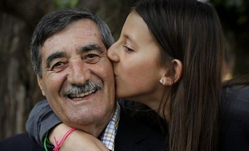 Девочка спасла своего дедушку делая массаж сердца