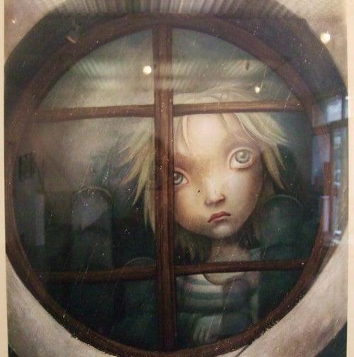 Печальный ребенок за окном и дефицит положительных эмоций
