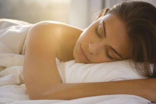 Спать обнаженной: 7 причин, почему это полезно для здоровья
