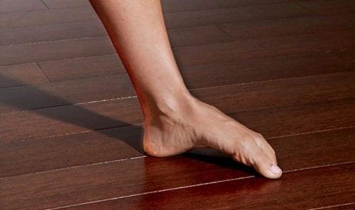 При подошвенном фасциите нужно тренировать мышцы стопы и икр