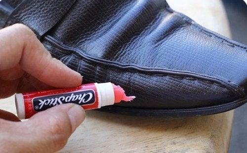 Ботинки и гигиеническая помада
