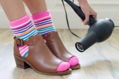 Благодаря теплому воздуху обувь расширяется и не давит